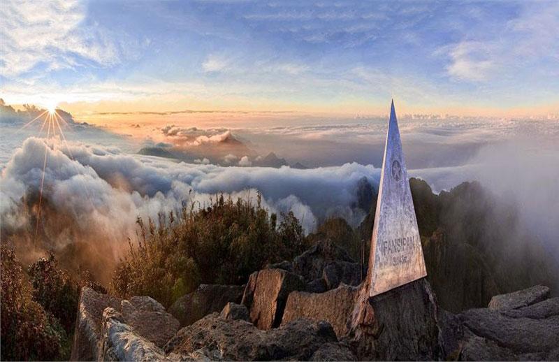 Fansipan thuộc dãy núi Hoàng Liên Sơn, cách thị trấn Sa Pa khoảng 9 km về phía Tây Nam, nằm giáp hai tỉnh Lào Cai và Lai Châu thuộc vùng Tây Bắc, Việt Nam. Ảnh: Kay.