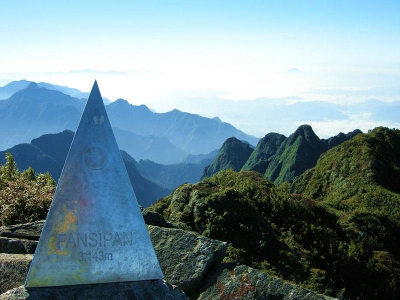 """Theo tiếng địa phương, núi tên là """"Hủa Xi Pan"""" và có nghĩa là phiến đá khổng lồ chênh vênh. Ảnh: Xomnhiepanh."""