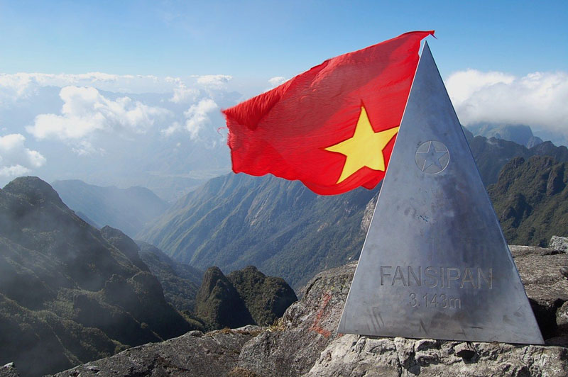 Đỉnh Phan Xi Păng hiện là điểm hẹn của nhiều nhà leo núi. Việc chinh phục đỉnh núi này có thể được thực hiện qua các tour của các công ty du lịch lữ hành chuyên nghiệp hoặc tự túc với sự dẫn đường của người bản xứ. Ảnh: Dulichvietnam.