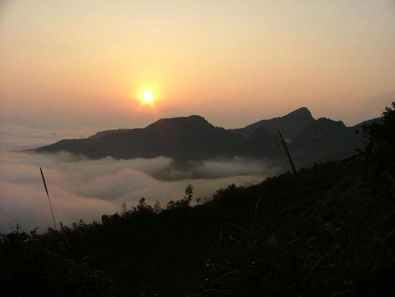 Lộ trình leo núi có thể bắt đầu từ Hà Nội đến Lào Cai bằng tàu hỏa trên quãng đường dài 333 km; rồi từ Lào Cai lên Sa Pa bằng ô tô qua 38 km; sau đó từ Sa Pa đến đỉnh đèo Trạm Tôn hoặc ít phổ biến hơn là khu du lịch Cát Cát bằng ô tô hoặc xe ôm. Tại đây có số người dân tộc Mông, Dao làm nghề cửu vạn phục vụ khách leo núi đông nhất. Ảnh: Gilette.