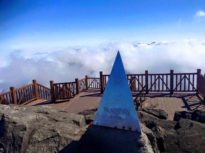 Ngày 2/2/2016, Ủy ban nhân dân tỉnh Lào Cai và Tập đoàn Sun Group đã khánh thành tuyến cáp treo ba dây hiện đại nhất thế giới, lần đầu tiên có mặt tại châu Á. Tại lễ khai trương, đại diện Kỷ lục Thế giới - Guinness World Record đã trao chứng nhận 2 kỷ lục Guinness cho cáp treo Fansipan Sapa là: Cáp treo ba dây có độ chênh giữa ga đi và ga đến lớn nhất thế giới: 1410m cùng cáp treo ba dây dài nhất thế giới: 6325m. Ảnh: Dulichtamlong.