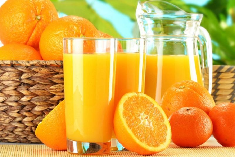 Nước cam chứa nhiều vitamin C tốt cho người bị viêm khớp.