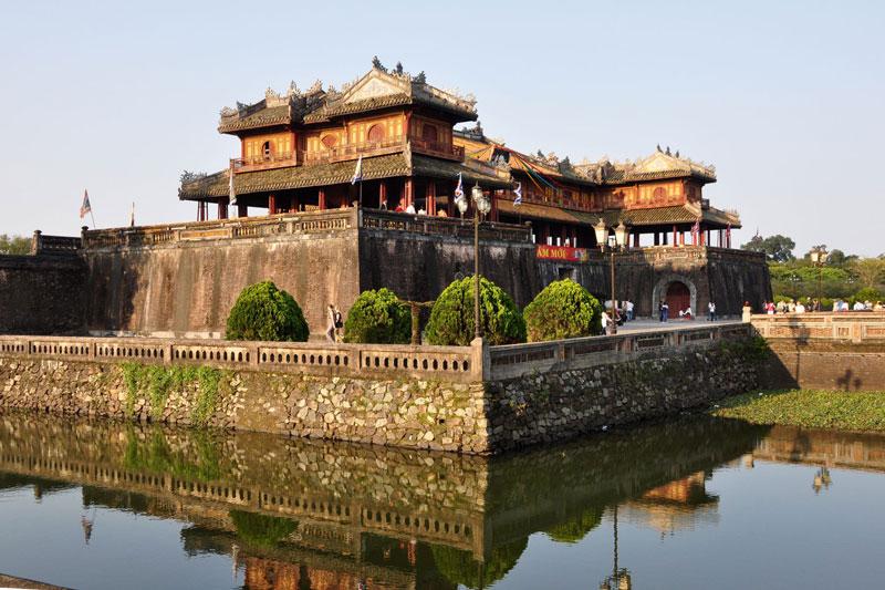 Trong lịch sử Việt Nam thời cận đại, công trình xây dựng Kinh Thành Huế có lẽ là công trình đồ sộ, quy mô nhất với hàng vạn lượt người tham gia thi công, hàng triệu mét khối đất đá, với một khối lượng công việc khổng lồ đào hào, lấp sông, di dân, dời mộ, đắp thành... kéo dài trong suốt 30 năm dưới hai triều vua. Ảnh: BestPrice.