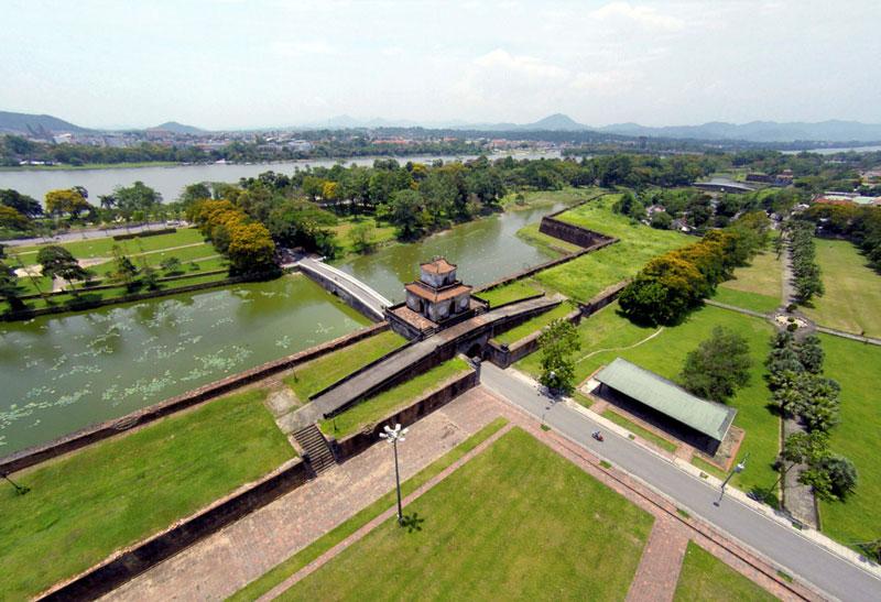 Kinh Thành Huế được quy hoạch bên bờ Bắc sông Hương, xoay mặt về hướng Nam, với diện tích mặt bằng 520 ha. Ảnh: Zing.