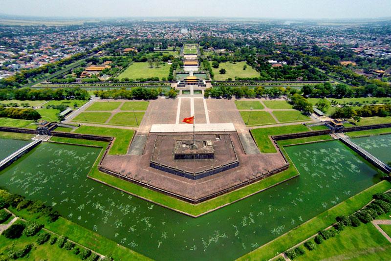 Khu kỳ đài (cột cờ) nằm chính giữa mặt phía Nam của Kinh thành Huế. Ảnh: Zing.