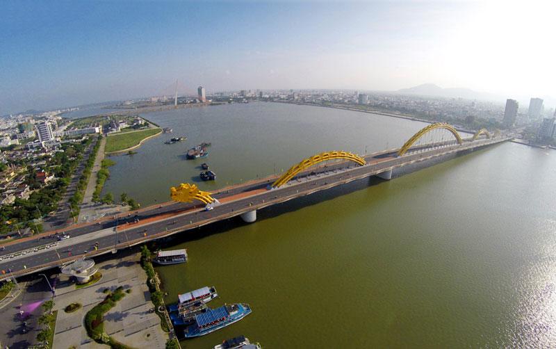 Cầu Rồng dài 666m và rộng 37,5m với 6 làn xe chạy. Nó được chính thức thông xe ngày 29/3/2013. Ảnh: Zing.