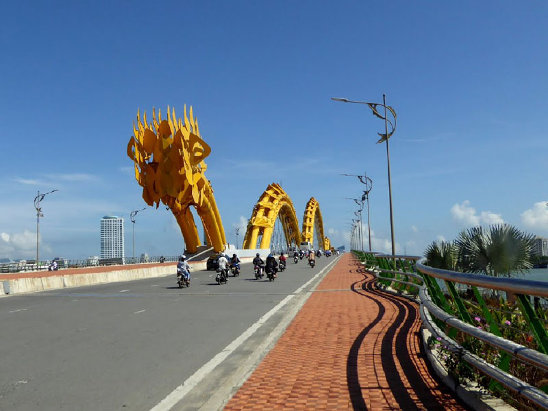 Theo thiết kế, con rồng trên cầu có thể phun lửa trong hai phút và kế tiếp là 3 phút phun nước khiến cầu đã trở thành một điểm nhấn ấn tượng, độc đáo và hấp dẫn ở Thành phố Đà Nẵng. Ảnh: Hiroki Ogawa.