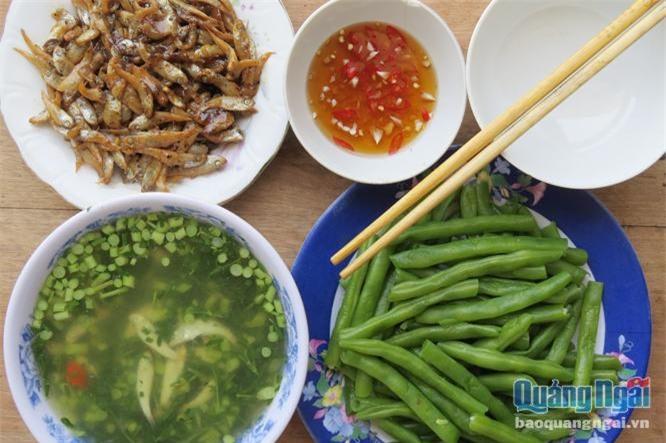 Bữa cơm với đĩa cá man man kho mặn cùng tô canh cá man man nấu với rau giút