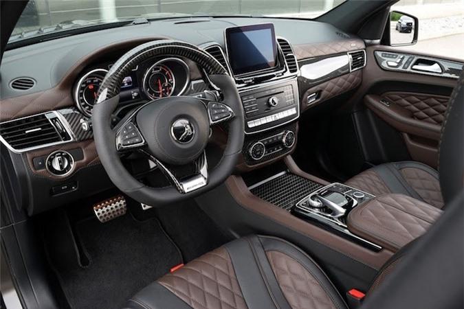 Bên trong nội thất, sợi carbon cũng được TopCar sử dụng để tạo nên các tấm ốp trang trí thân xe. Hãng cũng khiến mẫu SUV này lên đẳng cấp siêu sang bằng cách bọc da Nappa cao cấp ở mọi ngóc ngách và chần chỉ các ghế ngồi giống như mẫu sedan cao cấp nhất Mercedes-Maybach S600.