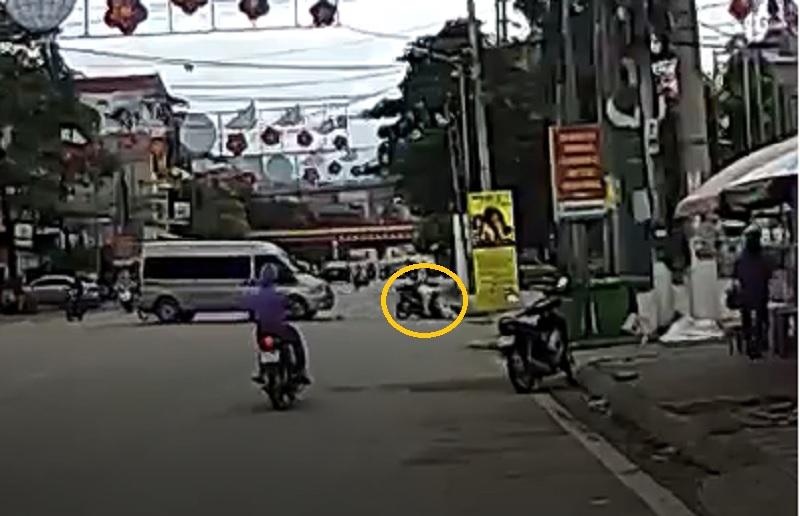 Hai người ngồi trên chiếc xe máy ngã văng sang đường.