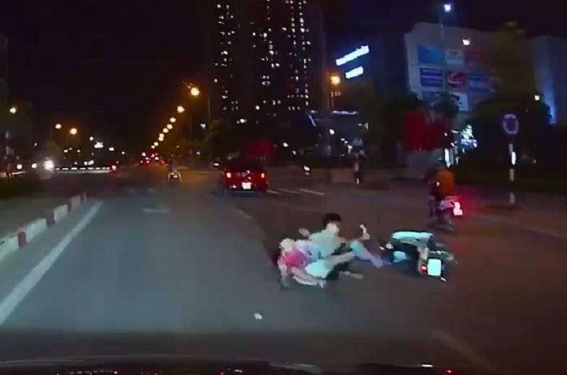Ba thanh niên ngã văng ra đường sau khi bị ôtô dạy cho bài học.