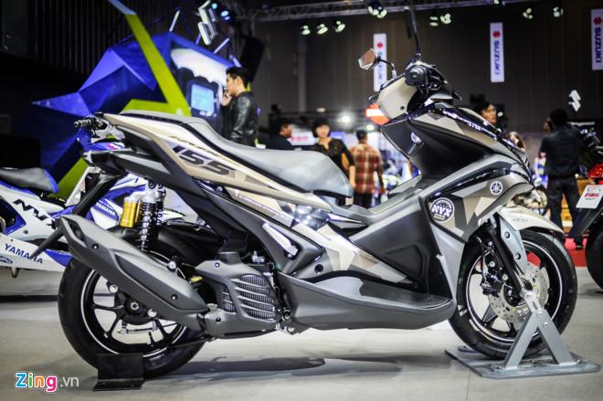 Yamaha NVX 155 Camo phối màu phong cách nhà binh. Màu sơn và tem xe Yamaha NVX Camo phối theo phong cách nhà binh. Giảm xóc sau được thay thế, kích thước lớn và có bình dầu riêng. NVX 155 Camo có giá 52,69 triệu đồng. (CHI TIẾT)