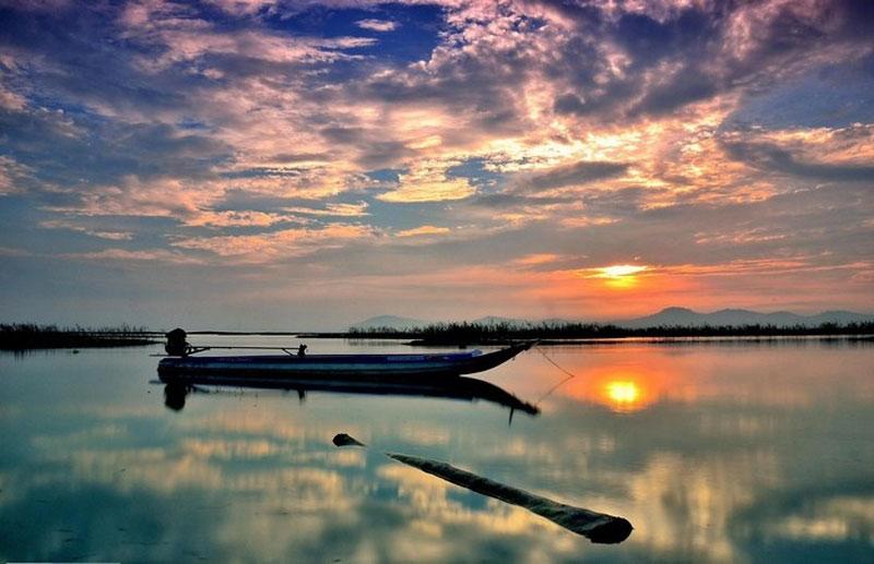 Hồ Dầu Tiếng với khoảng không gian rộng lớn, sơn thủy hoà quyện, các ốc đảo tự nhiên lạ mắt, không khí trong lành, thoáng mát sẽ tạo cho du khách cảm giác thoải mái trong một chuyến du lịch. Ảnh: Duc Vien.