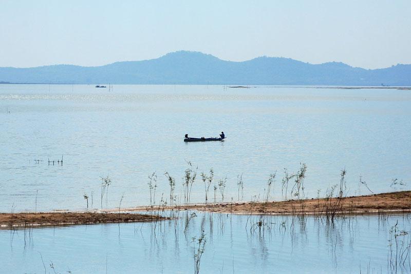 Hồ Dầu Tiếng có khu đầu mối nằm tại huyện Dầu Tiếng tỉnh Bình Dương và huyện Hớn Quản tỉnh Bình Phước song lưu vực chủ yếu nằm trên địa phận huyện Dương Minh Châu và một phần nhỏ trên địa phận huyện Tân Châu, thuộc tỉnh Tây Ninh. Ảnh: Kienthuc.