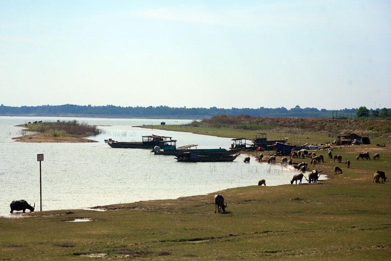 Hồ nằm cách thành phố Tây Ninh 25 km về hướng Đông. Ảnh: Kienthuc.
