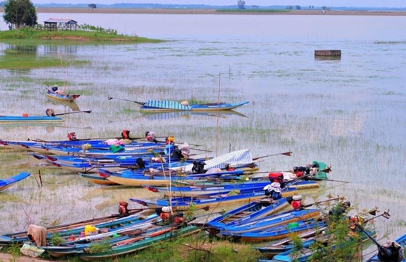 Với một đập xả lũ ra đầu nguồn sông Sài Gòn, ngoài ra còn có hai kênh Đông và kênh Tây đã tưới mát những cánh đồng mì, mía, lúa không chỉ ở Tây Ninh mà còn ở huyện Củ Chi (thành phố Hồ Chí Minh). Ảnh: Savatage.