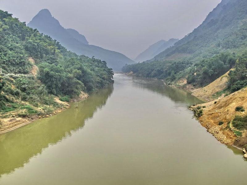 """Theo quan niệm của người Kinh, sông có tên gọi """"Mã"""" vì dòng nước chảy xiết như ngựa phi. Tuy nhiên, theo nghiên cứu về từ nguyên học thì Mã là âm một chữ Hán để ghi tên thật: """"sông Mạ"""", trong đó """"mạ"""" là từ tiếng Việt cổ còn lưu lại trong phương ngữ miền Trung có nghĩa là """"mẹ"""". Và tên gốc con sông có nghĩa là """"sông lớn"""". Ảnh: Che Trung Hieu."""