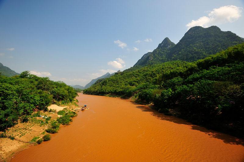 . Nguồn thứ hai bắt đầu từ sườn phía Bambusao. Hai nguồn này đều đổ vào Thanh Hóa qua địa phận tỉnh Sầm Nưa. Ảnh: Diem Dang Dung.
