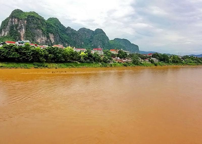 Các phụ lưu lớn của sông Mã là sông Chu, sông Bưởi, sông Cầu Chày đều hợp lưu với sông Mã trên địa phận Thanh Hóa. Ngoài ra còn có các phụ lưu nhỏ như sông Lũng, sông Sơn Trà, sông Nậm Soi. Ảnh: Ngo Minh Truc.