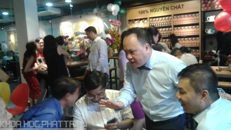 Ông Phan Minh Thông chia sẻ với khách hàng về các sản phẩm của KCOFFEE