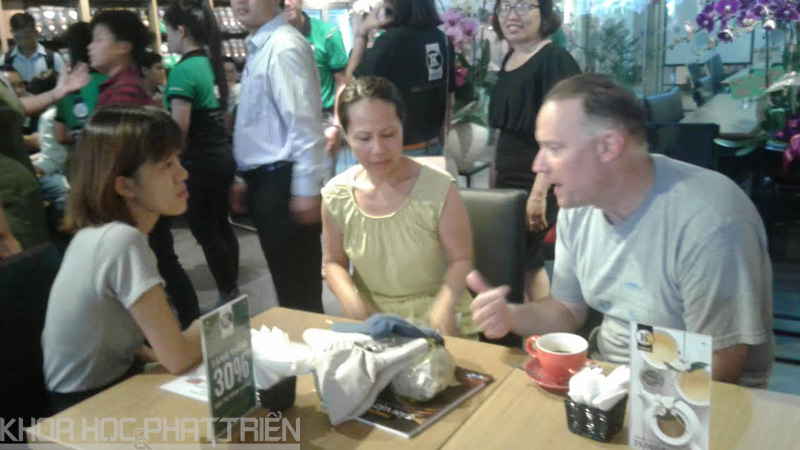 Khách nước ngoài bên ly cà phê cùng với đối tác