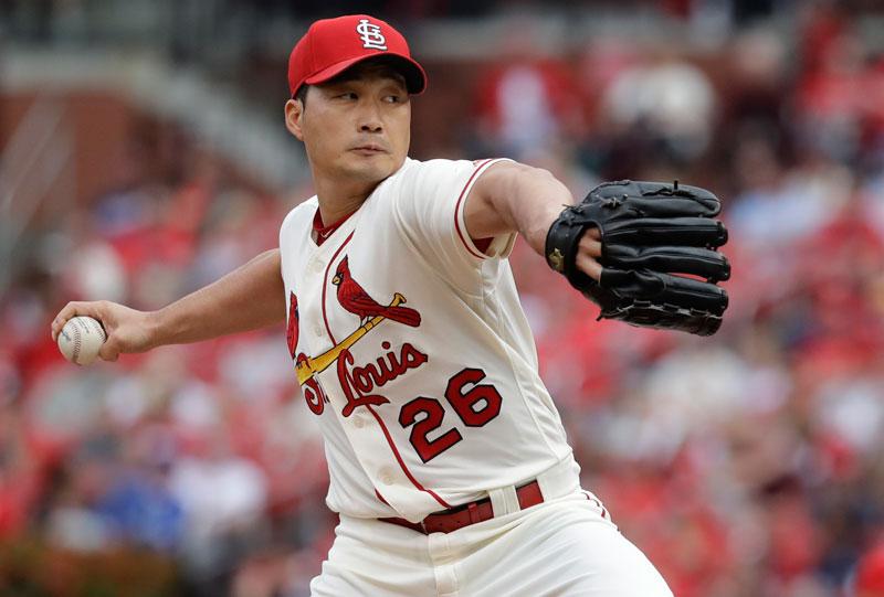 10. Oh Seung-hwan. Là cầu thủ bóng chày người Hàn Quốc. Hiện VĐV sinh năm 1982 đang chơi cho CLB bóng chày St. Louis Cardinals (Mỹ). Seung-hwan được coi là một trong những VĐV nổi tiếng và thành công nhất lịch sử bóng chày Hàn Quốc.