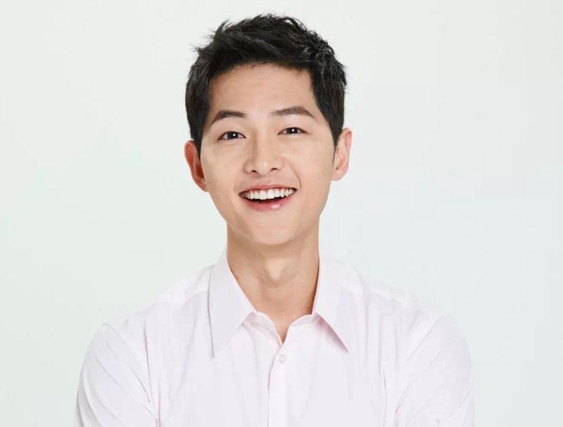 2. Song Joong-ki. Sinh năm 1985 ở thành phố Daejeon, Hàn Quốc. Anh được đông đảo khán giả châu Á biết đến khi đóng bộ phim Hậu duệ mặt trời (2016). Mới đây, Joong-ki gây chú ý khắp châu Á khi công bố việc kết hôn với đàn chị Song Hye-kyo (bạn diễn trong phim Hậu duệ mặt trời).