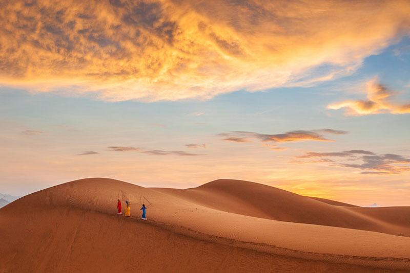 Nếu có dịp đến với đồi cát vào những ngày biển trời lộng gió, du khách sẽ có cơ hội chứng kiến sự thay hình đổi dạng liên tục và nhanh đến ngạc nhiên của đồi cát. Ảnh: Hồ Vũ.