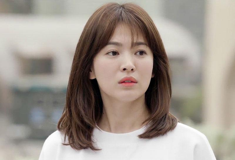 """7. Song Hye-kyo. Là diễn viên được biết đến qua các phim Trái tim mùa thu, Ngôi nhà hạnh phúc, Gió đông năm ấy, Hậu duệ mặt trời… Nhờ ngoại hình xinh xắn cùng diễn xuất tốt, cô gái sinh năm 1981 được xem là """"hòn ngọc quý"""" của làng giải trí Hàn Quốc."""