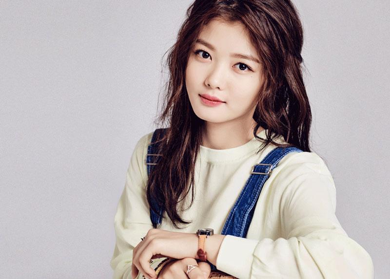 8. Kim Yoo-jung. Đây là nữ diễn viên nổi tiếng của Hàn Quốc. Mỹ nhân sinh năm 1999 được biết đến qua các tác phẩm đáng chú ý qua các phim Dong Yi (2010), Mặt trăng ôm mặt trời (2012), Mây họa ánh trăng (2016)…