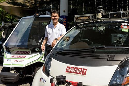 Tiến sĩ Ang và những chiếc xe tự hành SMART-NUS của trường Đại học quốc gia Singapore.