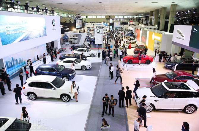 """Cuộc chiến khuyến mại và giảm giá ô tô: """"Đâm lao phải theo lao"""". Để duy trì doanh số và thị phần, các nhà phân phối ô tô tại Việt Nam không còn cách nào khác là phải liên tục tung ra các chương trình giảm giá hoặc ưu đãi để thu hút khách hàng. (CHI TIẾT)"""