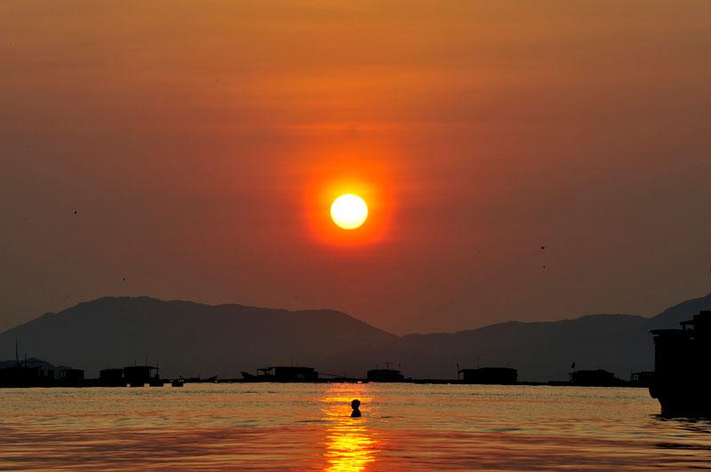 Bình minh trên cảng cá Vạn Giã, Khánh Hòa. Ảnh: Diem Dang Dung.
