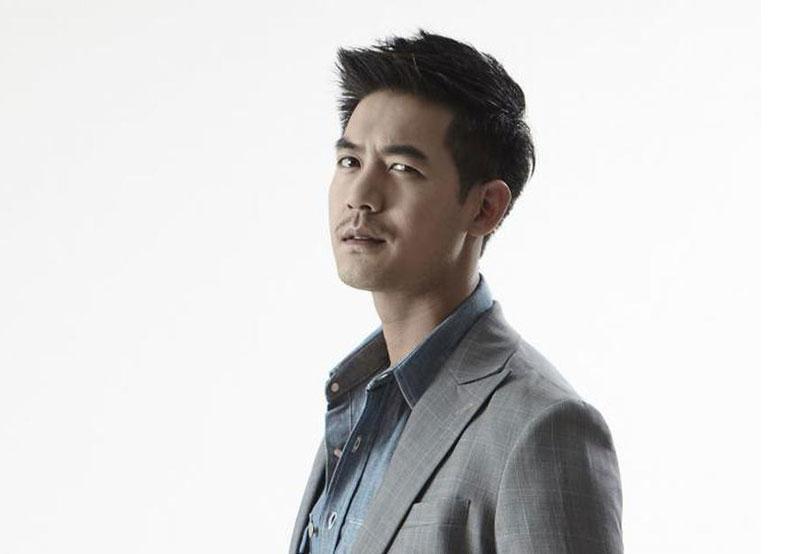 10. Sukollawat Kanarot. Nam diễn, viên, ca sĩ, người mẫu nổi tiếng Thái Lan. Người đàn ông sinh năm 1985 này bắt được chú ý khi khi tham gia Plik Din Su Dao (2006). Sau đó, anh là cái tên quen thuộc của kênh truyền hình Channel 7 (Thái Lan).