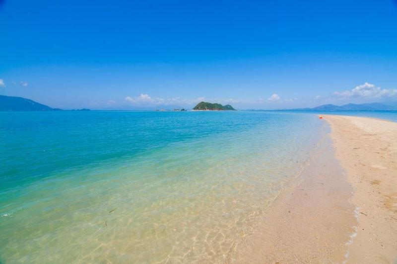 Điệp Sơn thủy đạo, con đường chìm dưới mặt nước biển nối liền 3 hòn đảo lớn nhỏ ở huyện Vạn Ninh, tỉnh Khánh Hòa. Ảnh: Hang Dinh.