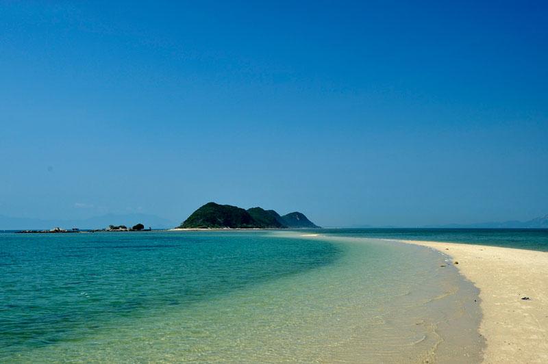 Khoảng thời gian đẹp nhất để dạo Thủy Đạo là 12 giờ trưa nắng khi từ đảo 1 qua đảo 2 nước vừa, không quá sâu. Từ đảo 2 qua đảo 3 nước rút lộ lên con đường cát trắng. Ảnh: Diem Dang Dung.