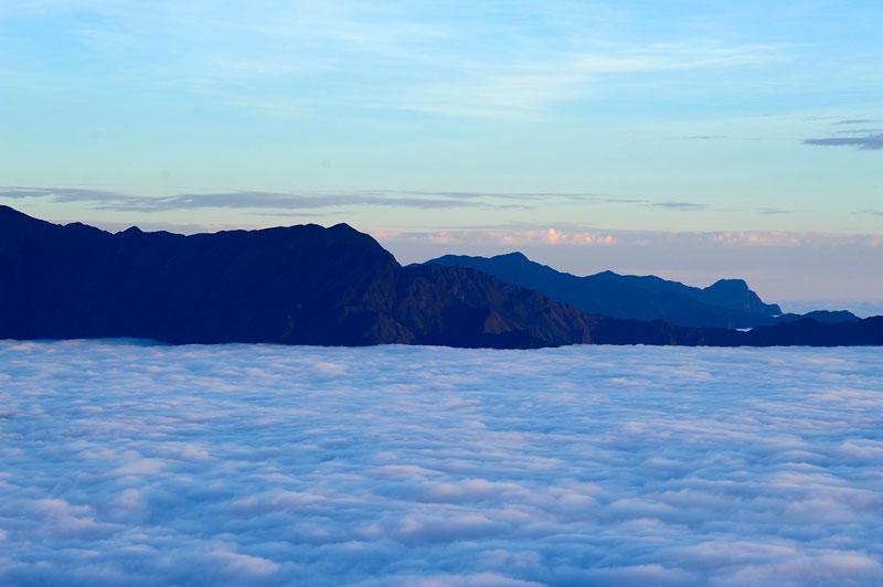 Tà Xùa có 3 đỉnh núi chính, hợp thành một kỳ quan thiên nhiên vô cùng hùng vĩ, với hình dáng giống như sống lưng con khủng long tiền sử khổng lồ, nhô lên uốn lượn, gai góc và hiểm trở. Ảnh: Diem Dang Dung.