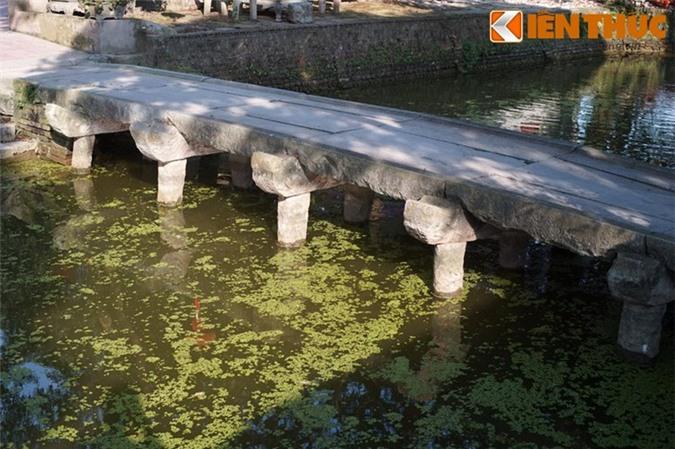 Cầu bắc qua một ao nước phía trước đền và là lối để đi vào khu vực đền chính, được khởi dựng từ thời Lê Trung Hưng (thế kỷ 16-18), trùng tu vào năm 1843, thời của Thiệu Trị của nhà Nguyễn.