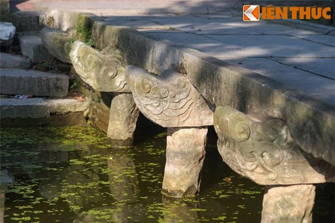 Cầu có 8 chiếc dầm kích thước dài trung bình 2m25, mỗi dầm được đỡ bằng ba trụ, tất cả là 24 trụ.