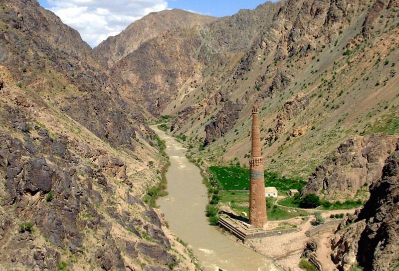 10. Tháp giáo đường ở Jam. Tháp tọa lạc ở phía Tây của Afghanistan, được xây gần sông Hari và chung quanh là núi đá. Toà tháp này cùng các di chỉ khảo cổ xung quanh đã được UNESCO công nhận là di sản thế giới vào năm 2002. Nó cao 65m, được xây dựng vào thế kỷ 12 sau CN.