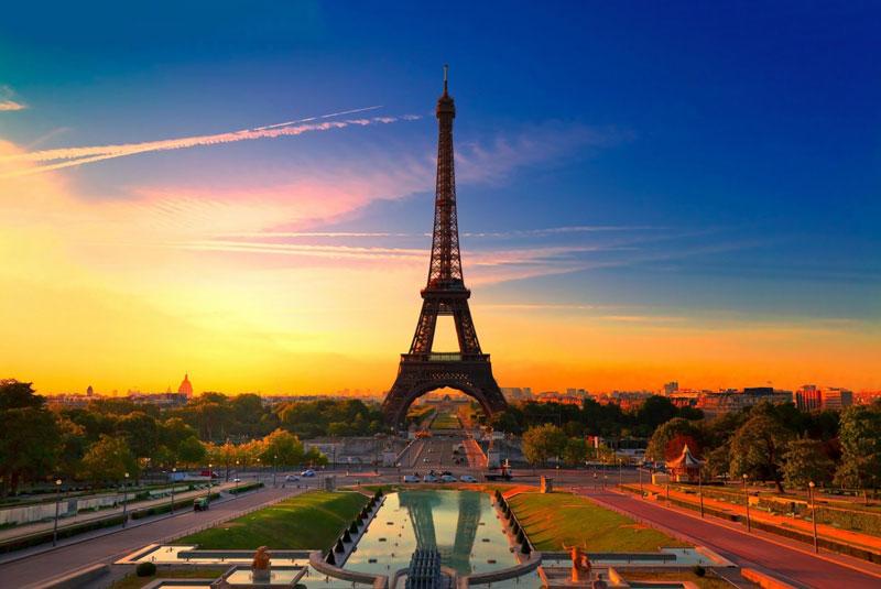 """1. Tháp Eiffel. Công trình kiến trúc bằng thép nằm trên công viên Champ-de-Mars, cạnh sông Seine, Thủ đô Paris, Pháp. Tháp do Gustave Eiffel và các đồng nghiệp của mình xây dựng nên nhân buổi Triển lãm thế giới năm 1889 và cũng là dịp kỷ niệm 100 năm Cách mạng Pháp. Chiều cao nguyên bản của công trình là 300m nếu theo đúng thiết kế, nhưng cột ăng ten trên dỉnh đã giúp tháp đạt tới độ cao 325m. Tháp Eiffel trở thành biểu tượng của """"kinh đô ánh sáng và là một trong những công trình kiến trúc nổi tiếng nhất toàn cầu."""