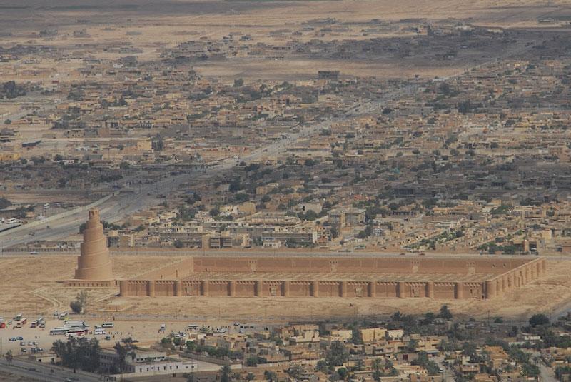 5. Nhà thờ Hồi giáo lớn Samarra. Đây là nhà thờ Hồi giáo được xây dựng vào thế kỷ 9, nằm bên dòng sông Tigris ở Samarra, Iraq. Công trình được xây dựng vào năm 848 và hoàn thành năm 851 dưới triều đại của khalip nhà Abbas là Al-Mutawakkil, người đã trị vì ở Samarra từ 847 đến 861. Nó nổi tiếng với ngọn tháp Malwiya hình nón lớn cao 52m và rộng 33m với một con đường dẫn lên đỉnh hình xoắn ốc.