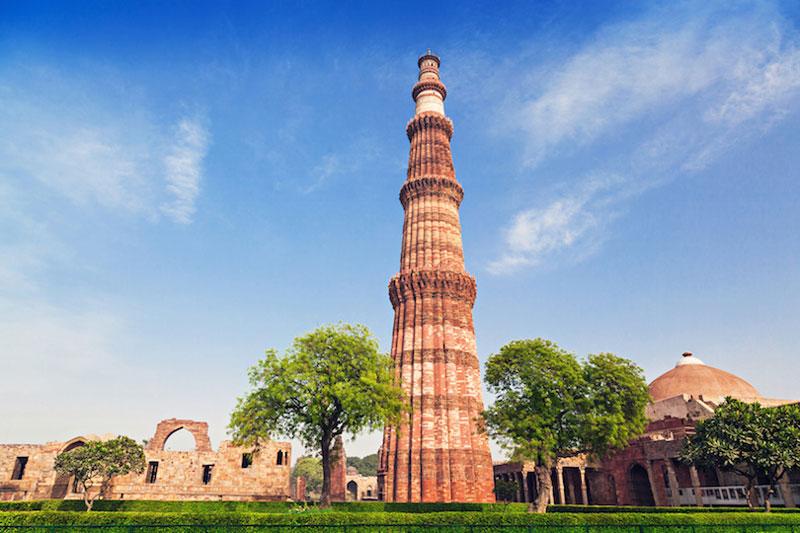 8. Tháp Qutb. Nằm ở New Delhi, Ấn Độ. Tòa tháp cao 73m và được làm từ đá cẩm thạch. Nó gồm 5 tầng, với đường kính cơ sở 14,3m, giảm xuống còn 2,7m tại đỉnh. Tháp có một cầu thang xoắn ốc gồm 379 bậc. Thiết kế của tháp Qutb được cho là đã được dựa trên Tháp giáo đường ở Jam.