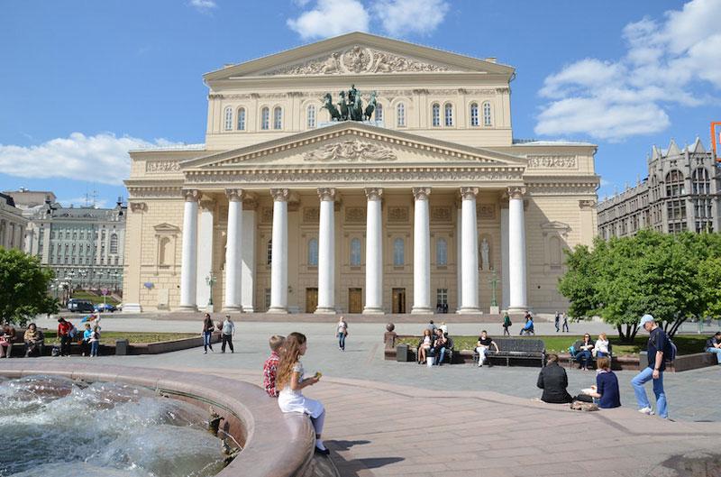 10. Nhà hát Bolshoi. Nhà hát lịch sử tại Thủ đô Moscow, Nga, được thiết kế bởi kiến trúc sư Joseph Bove. Nơi đây thường tổ chức biểu diễn ballet và opera. Nhà hát được thành lập vào năm 1776 theo quyết định của Nữ hoàng Catherine Đại đế. Theo đó, Hoàng tử Pyotr Urusov được phép xây dựng một nhà hát tư nhân ở Moscow với có chức năng tô điểm cho thành phố cũng như phục vụ nhu cầu thường thức nghệ thuật của mọi người.