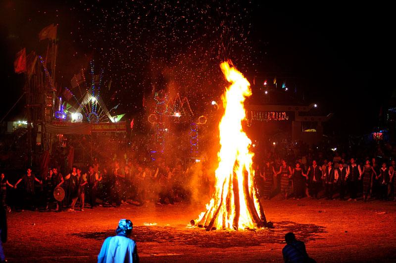 Đốt lửa trại ở lễ hội Văn hóa truyền thống các dân tôc. Ảnh: Diem Dang Dung.