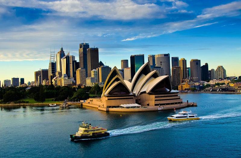 1. Nhà hát Opera Sydney. Nằm ở thành phố Sydney, Australia. Nhà hát có kiến trúc độc đáo hình con sò hay những cánh buồm no gió ra khơi. Đây là công trình kiến trúc độc đáo của Sydney nói riêng và nước Úc nói chung, thu hút nhiều du khách đến thăm. Nhà hát Opera Sydney Đây là một trong những công trình kiến trúc tiêu biểu nhất thế kỷ 20 và là một trong các địa điểm biểu diễn nghệ thuật nổi tiếng nhất thế giới.