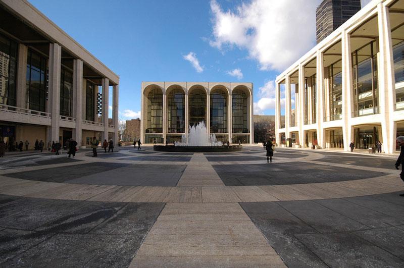 8. Nhà hát Opera Metropolitan (The Met). Nằm ở thành phố New York, Mỹ. The Met được thành lập vào năm 1880 để thay thế cho nhà hát opera của Học viện Âm nhạc và ra mắt vào năm 1883. Đây là nơi tổ chức âm nhạc cổ điển lớn nhất ở Bắc Mỹ, nó tổ chức khoảng 27 vở opera khác nhau mỗi năm.