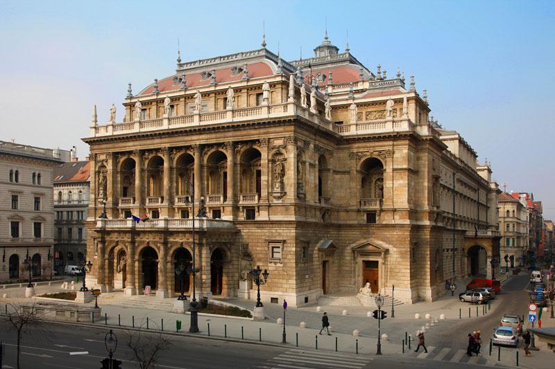 9. Nhà hát Opera quốc gia Hungary. Tọa lạc ở trung tâm Thủ đô Budapest, Hungary. Nhà hát được thiết kế bởi Mikles Ybl, kiến trúc sư nổi tiếng ở Hungary thế kỷ 19. Nó được khởi công vào đầu năm 1875 và chính thức mở cửa vào ngày 27/9/1884. Đây là nhà hát opera lớn thứ hai ở Budapest và Hungary.