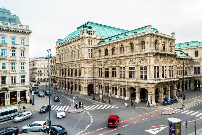 5. Nhà hát Opera Vienna. Tọa lạc ở trung tâm Thủ đô Vienna, Áo. Nhà hát opera Vienna bắt đầu xây dựng nhà vào năm 1861 và hoàn thành năm 1869. August Sicard von Sicardsburg và Eduard van der Null chính là kiến trúc sư thiết kế nên nhà hát này.