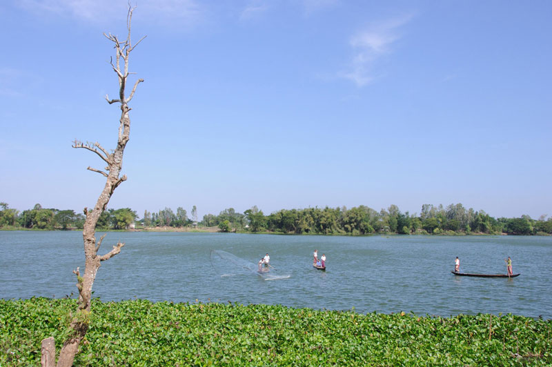 Búng Bình Thiên là một hồ nước lớn, thông với sông Bình Di ở một con rạch nhỏ, nhưng không thông với sông Hậu. Ảnh: Landodia.